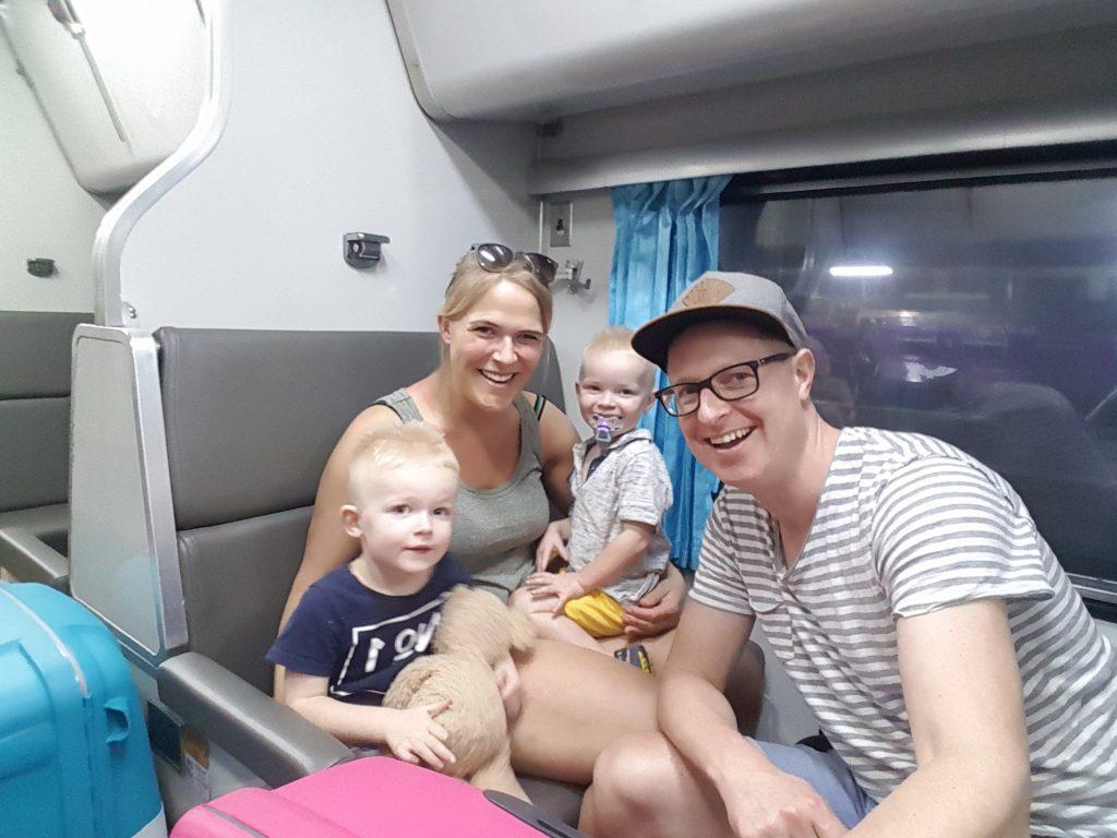 nachttrein in Thailand met kleine kinderen